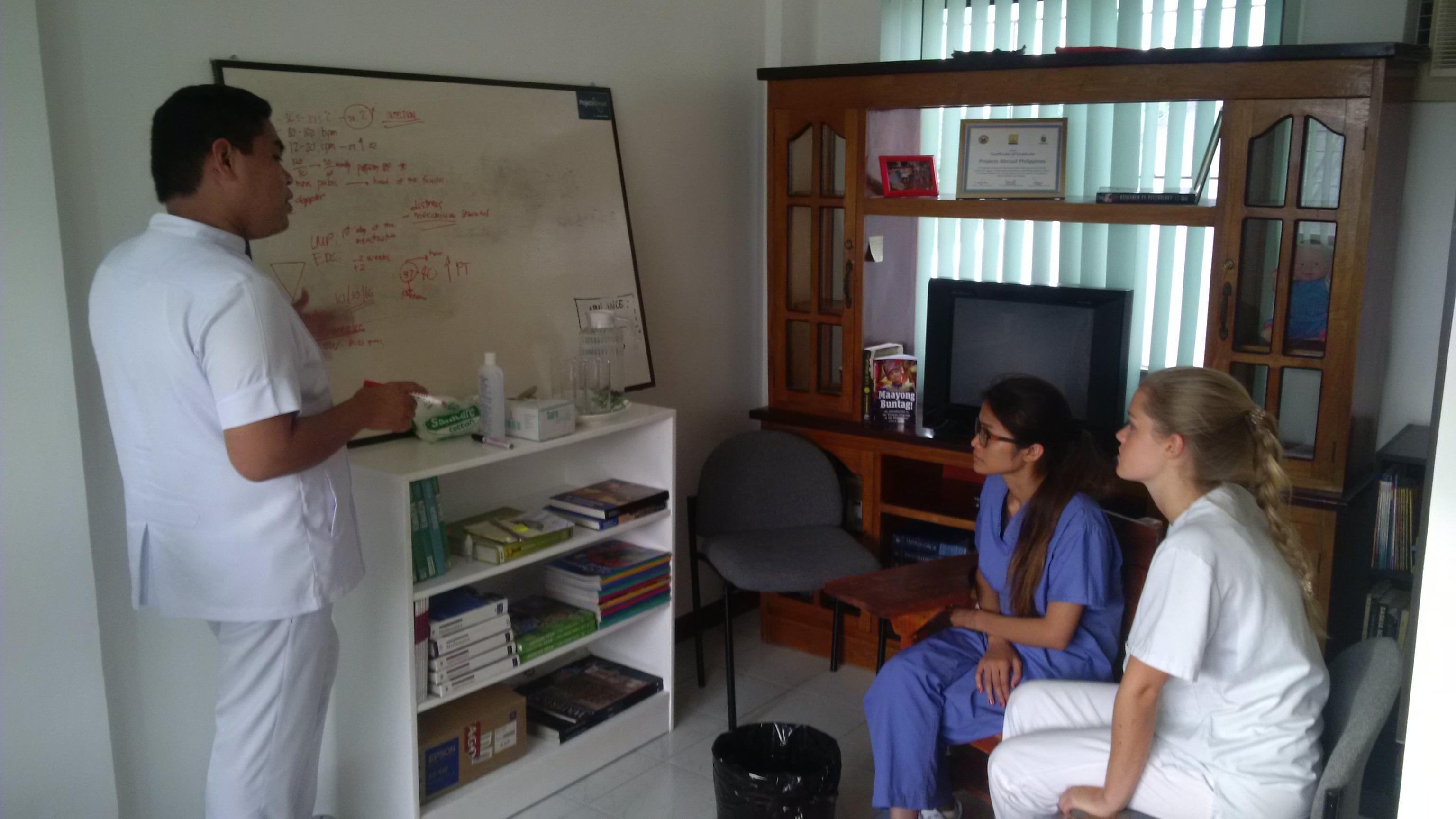 Internas de medicina aprendiendo sobre los signos vitales durante sus prácticas médicas en Filipinas.